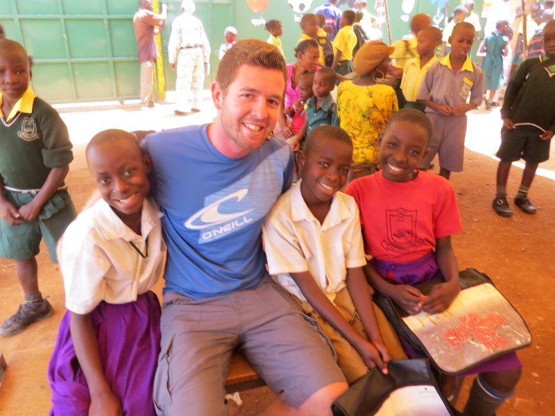 Obmann Manuel Lackmaier mit Patenkindern in Kampala (3 MB)
