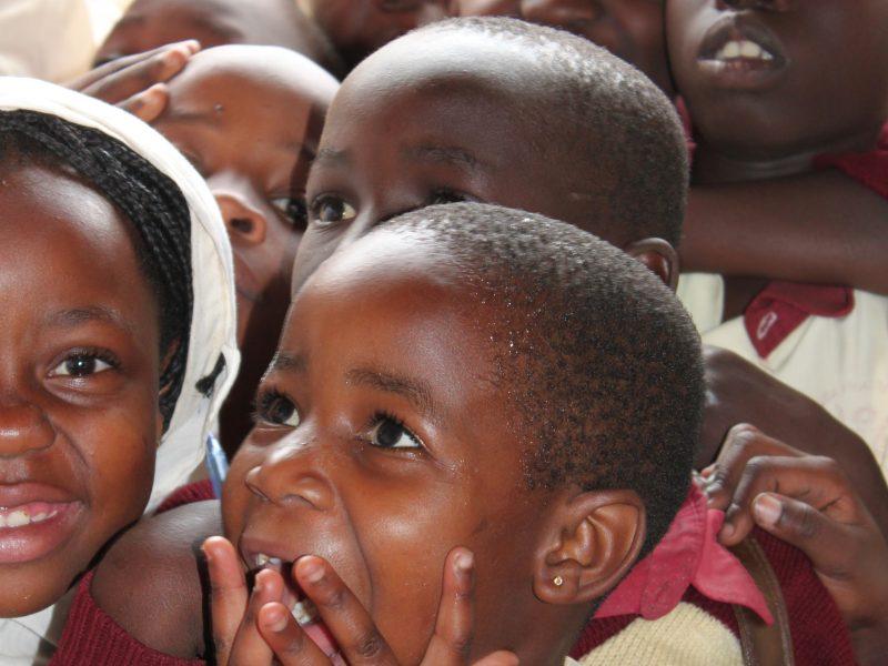 Kinder in der Schule in Uganda (6 MB)