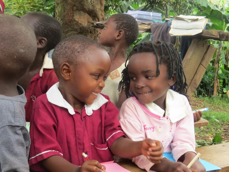 Kinder in Uganda in der Schule (2 MB)
